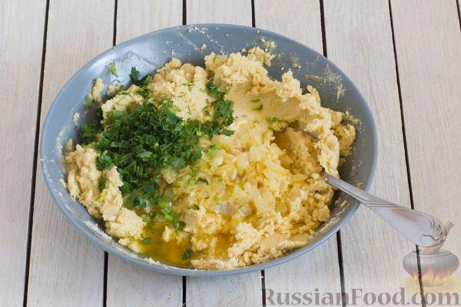 Фото приготовления рецепта: Постные кукурузные лепёшки с жареным луком и зеленью (на сковороде) - шаг №5