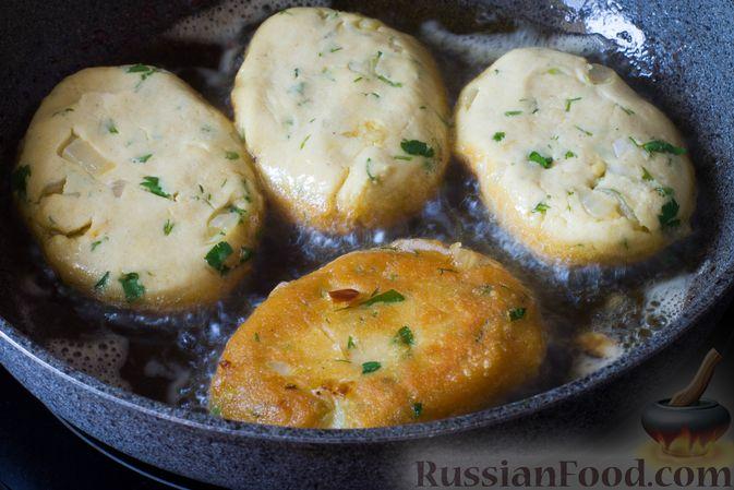 Фото приготовления рецепта: Постные кукурузные лепёшки с жареным луком и зеленью (на сковороде) - шаг №8