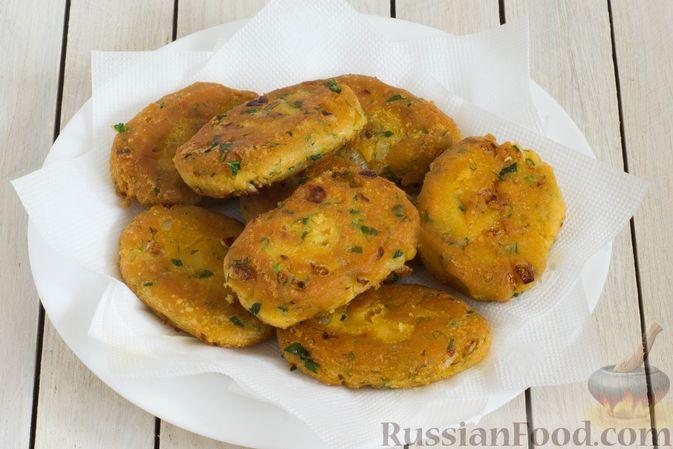 Фото приготовления рецепта: Постные кукурузные лепёшки с жареным луком и зеленью (на сковороде) - шаг №9