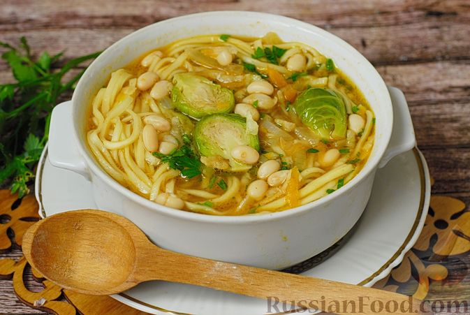 Фото к рецепту: Суп с брюссельской капустой, фасолью и лапшой