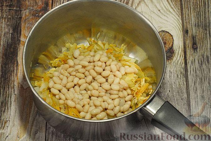 Фото приготовления рецепта: Суп с брюссельской капустой, фасолью и лапшой - шаг №4