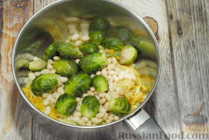 Фото приготовления рецепта: Суп с брюссельской капустой, фасолью и лапшой - шаг №6