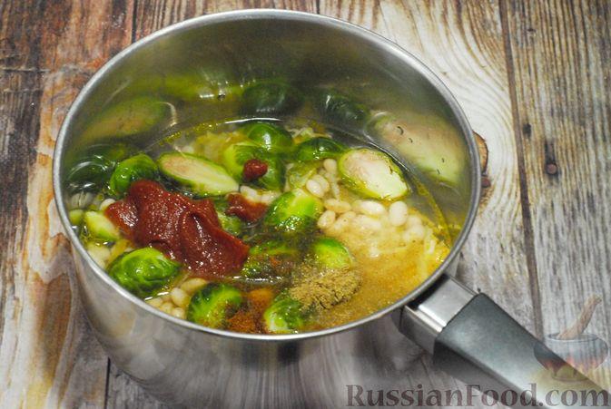 Фото приготовления рецепта: Суп с брюссельской капустой, фасолью и лапшой - шаг №7