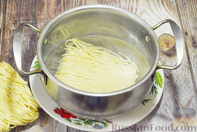 Фото приготовления рецепта: Суп с брюссельской капустой, фасолью и лапшой - шаг №8