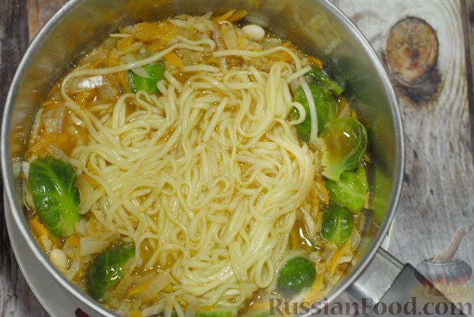 Фото приготовления рецепта: Суп с брюссельской капустой, фасолью и лапшой - шаг №11