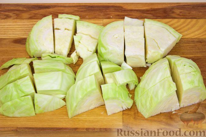 Фото приготовления рецепта: Баранина, тушенная с капустой и помидорами - шаг №3