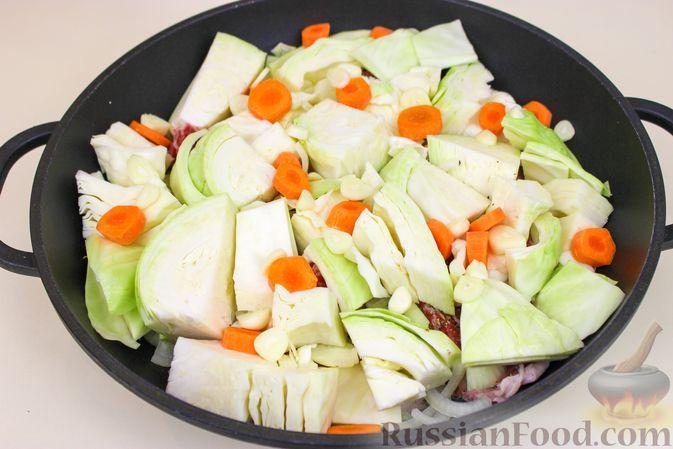 Фото приготовления рецепта: Баранина, тушенная с капустой и помидорами - шаг №5