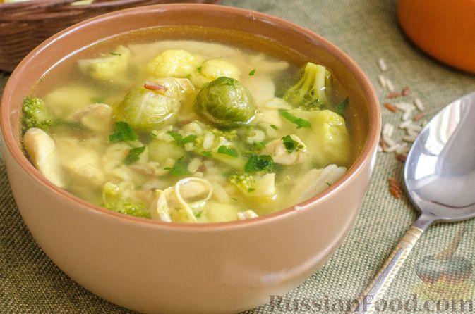 Фото к рецепту: Куриный суп с брокколи, цветной и брюссельской капустой
