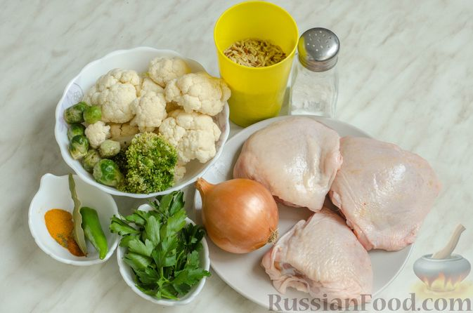 Фото приготовления рецепта: Куриный суп с брокколи, цветной и брюссельской капустой - шаг №1