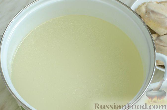 Фото приготовления рецепта: Куриный суп с брокколи, цветной и брюссельской капустой - шаг №5