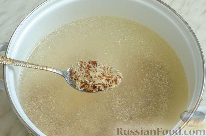 Фото приготовления рецепта: Куриный суп с брокколи, цветной и брюссельской капустой - шаг №6
