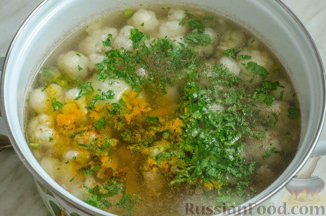 Фото приготовления рецепта: Куриный суп с брокколи, цветной и брюссельской капустой - шаг №12