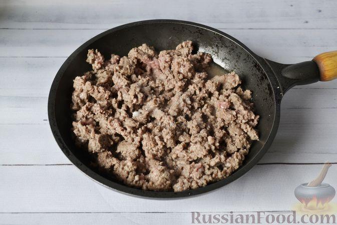 Фото приготовления рецепта: Запеканка из тыквы с мясным фаршем и помидорами - шаг №5