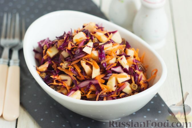 Фото к рецепту: Салат из краснокочанной капусты с морковью, яблоком и изюмом