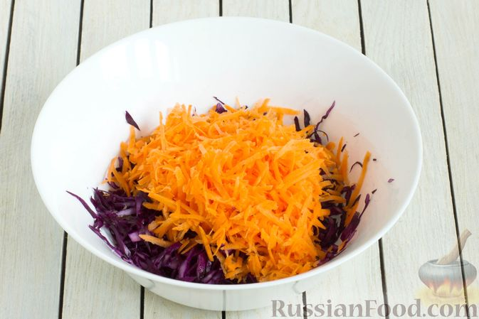 Фото приготовления рецепта: Салат из краснокочанной капусты с морковью, яблоком и изюмом - шаг №3