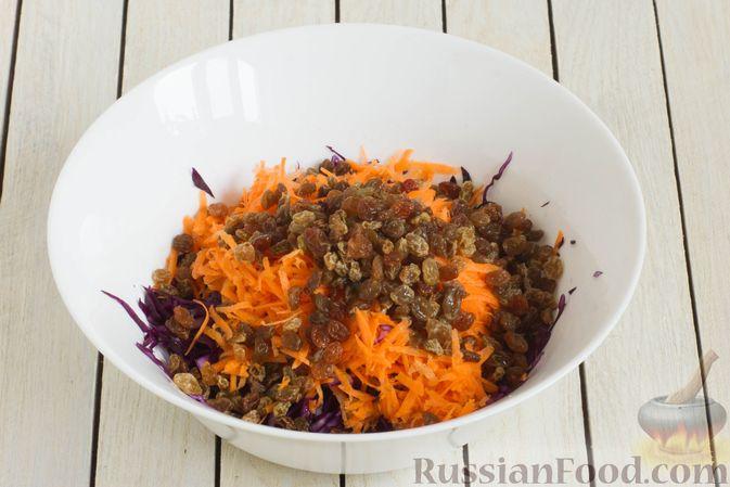 Фото приготовления рецепта: Салат из краснокочанной капусты с морковью, яблоком и изюмом - шаг №4