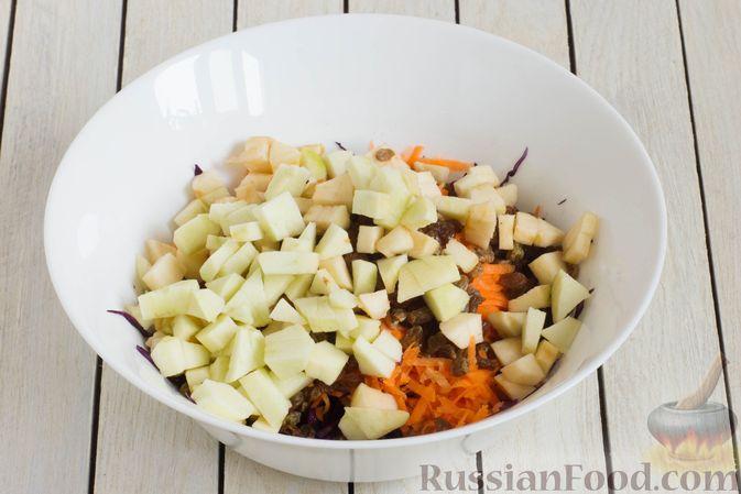 Фото приготовления рецепта: Салат из краснокочанной капусты с морковью, яблоком и изюмом - шаг №5