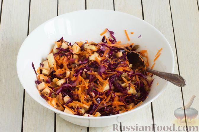 Фото приготовления рецепта: Салат из краснокочанной капусты с морковью, яблоком и изюмом - шаг №6