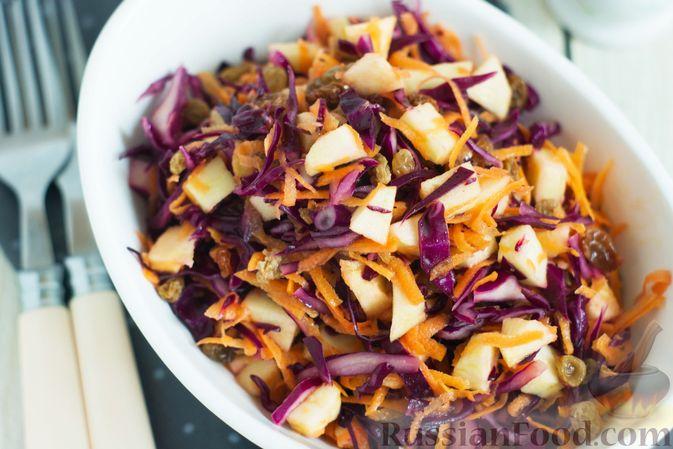 Фото приготовления рецепта: Салат из краснокочанной капусты с морковью, яблоком и изюмом - шаг №7