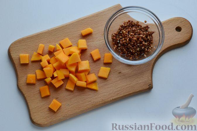Фото приготовления рецепта: Гречневый суп с тыквой и рыбными фрикадельками - шаг №2
