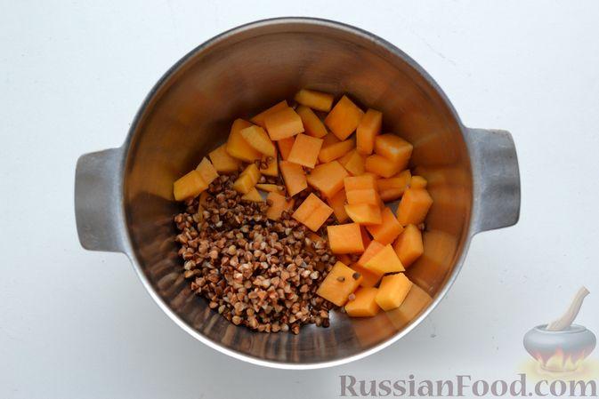 Фото приготовления рецепта: Гречневый суп с тыквой и рыбными фрикадельками - шаг №3