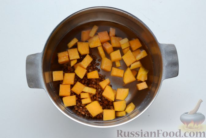 Фото приготовления рецепта: Гречневый суп с тыквой и рыбными фрикадельками - шаг №4