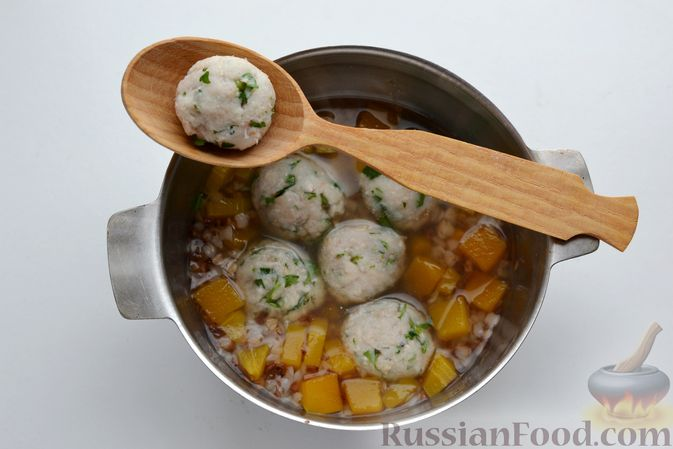 Фото приготовления рецепта: Гречневый суп с тыквой и рыбными фрикадельками - шаг №11