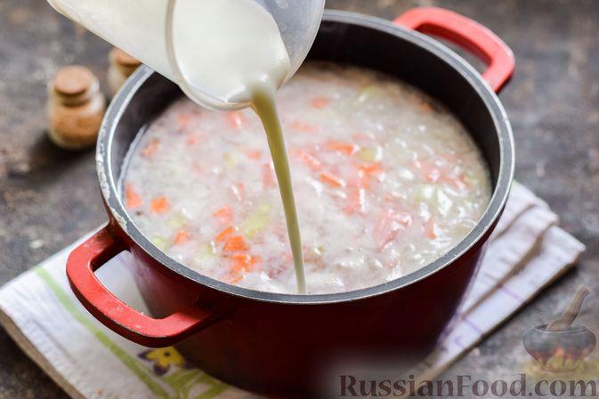 Фото приготовления рецепта: Рыбный суп с молоком, рисом и сыром - шаг №5