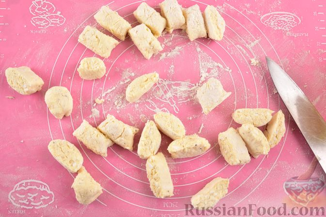 Фото приготовления рецепта: Говяжья печень, тушенная в яблочно-сметанном соусе - шаг №7