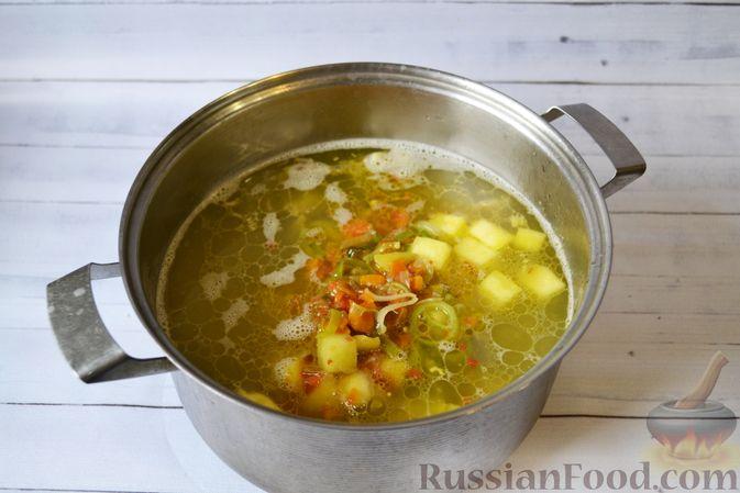 Фото приготовления рецепта: Куриный суп с тыквой и булгуром - шаг №12