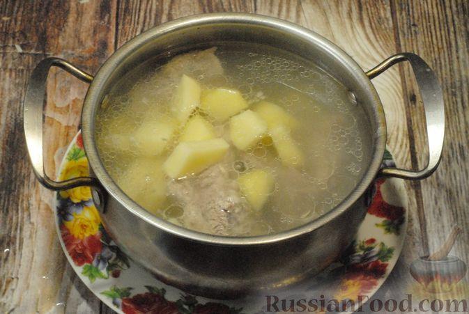 Фото приготовления рецепта: Суп со свиными рёбрами, рисом, помидорами и сладким перцем - шаг №3