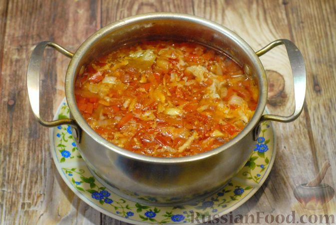 Фото приготовления рецепта: Суп со свиными рёбрами, рисом, помидорами и сладким перцем - шаг №8