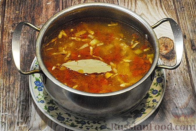 Фото приготовления рецепта: Суп со свиными рёбрами, рисом, помидорами и сладким перцем - шаг №9
