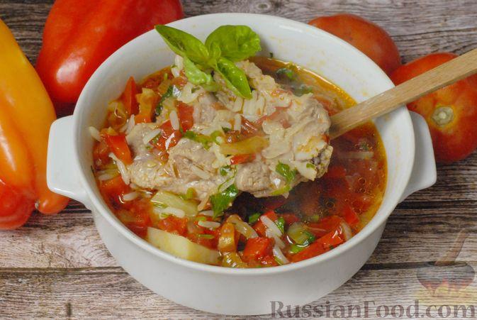 Фото приготовления рецепта: Суп со свиными рёбрами, рисом, помидорами и сладким перцем - шаг №12