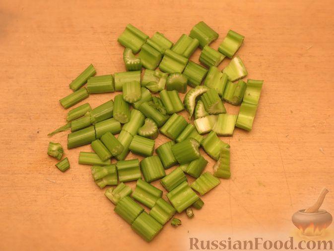 Фото приготовления рецепта: Зразы из капусты и сельдерея с начинкой из грибов и варёных яиц - шаг №3