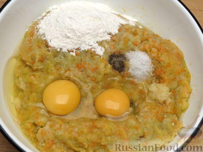 Фото приготовления рецепта: Зразы из капусты и сельдерея с начинкой из грибов и варёных яиц - шаг №13