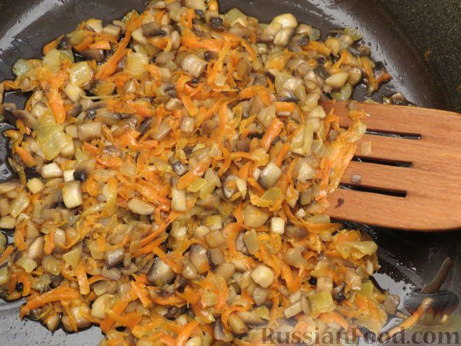 Фото приготовления рецепта: Зразы из капусты и сельдерея с начинкой из грибов и варёных яиц - шаг №18