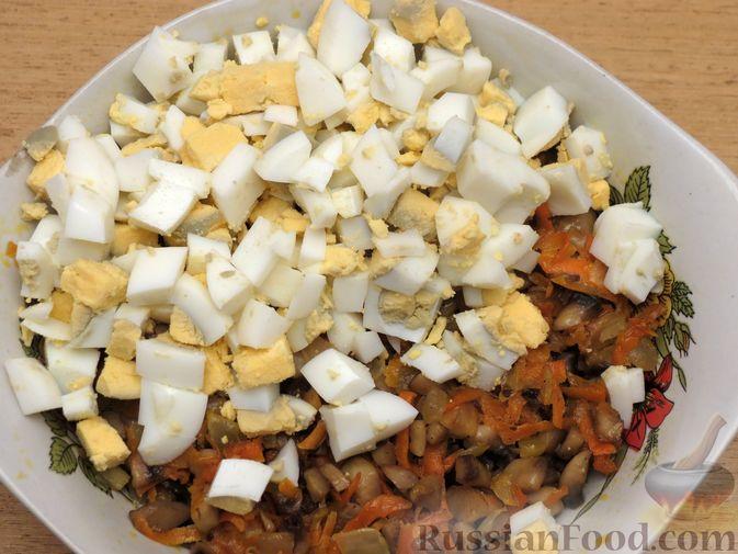 Фото приготовления рецепта: Зразы из капусты и сельдерея с начинкой из грибов и варёных яиц - шаг №20