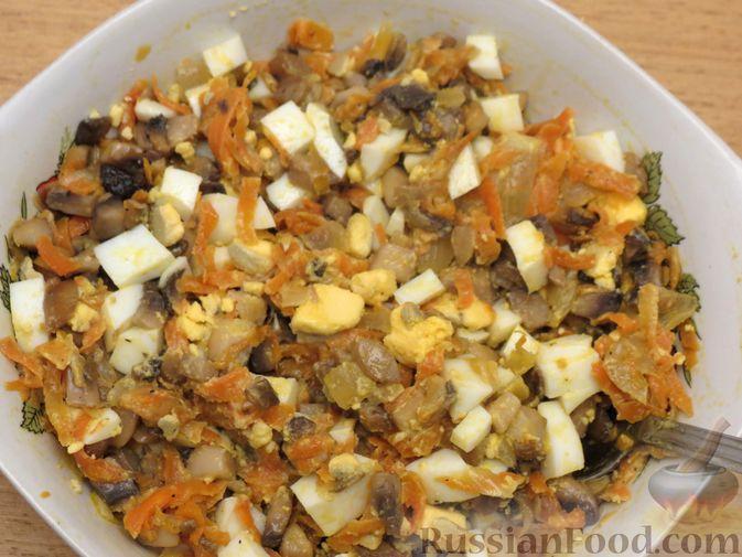 Фото приготовления рецепта: Зразы из капусты и сельдерея с начинкой из грибов и варёных яиц - шаг №21