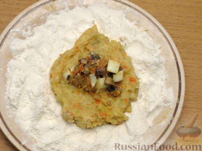 Фото приготовления рецепта: Зразы из капусты и сельдерея с начинкой из грибов и варёных яиц - шаг №23