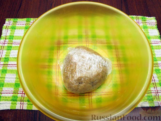 Фото приготовления рецепта: Открытый пирог с капустой и яйцами, на пиве - шаг №6