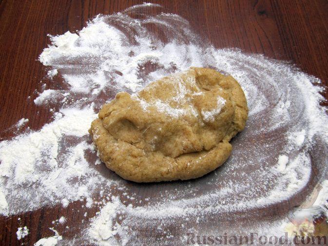 Фото приготовления рецепта: Открытый пирог с капустой и яйцами, на пиве - шаг №4