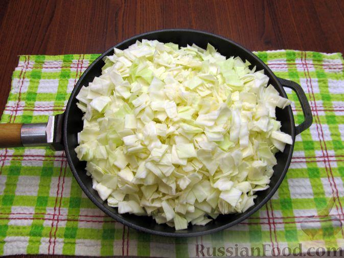 Фото приготовления рецепта: Открытый пирог с капустой и яйцами, на пиве - шаг №12