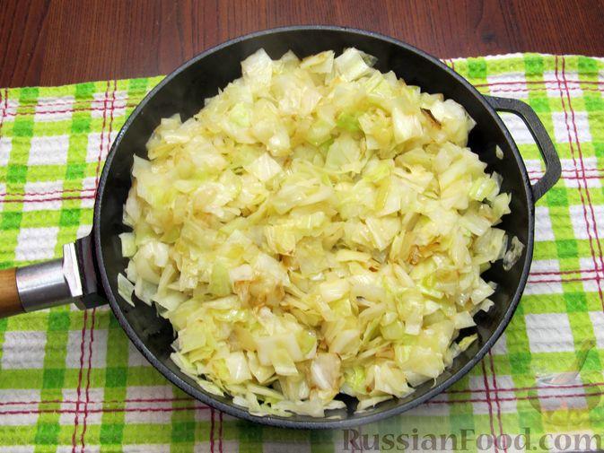 Фото приготовления рецепта: Открытый пирог с капустой и яйцами, на пиве - шаг №13
