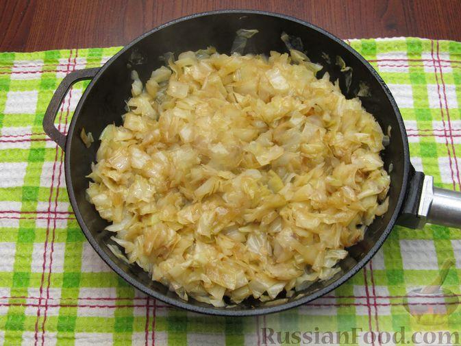 Фото приготовления рецепта: Открытый пирог с капустой и яйцами, на пиве - шаг №14