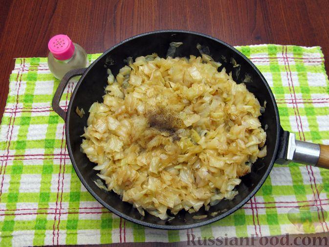 Фото приготовления рецепта: Открытый пирог с капустой и яйцами, на пиве - шаг №15