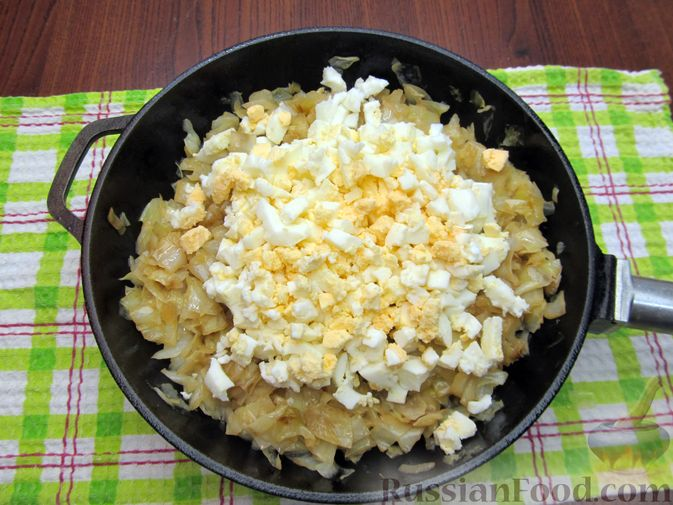Фото приготовления рецепта: Открытый пирог с капустой и яйцами, на пиве - шаг №16
