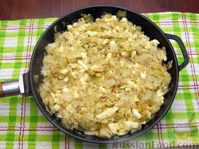 Фото приготовления рецепта: Открытый пирог с капустой и яйцами, на пиве - шаг №17
