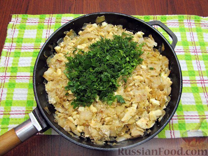 Фото приготовления рецепта: Открытый пирог с капустой и яйцами, на пиве - шаг №18