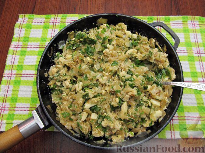 Фото приготовления рецепта: Открытый пирог с капустой и яйцами, на пиве - шаг №19